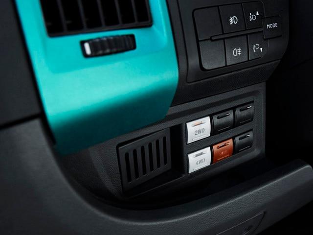 PEUGEOT BOXER 4x4 CONCEPT : La transmission 4x4 s'enclenche via 3 interrupteurs situé à portée de main à gauche de la planche de bord.