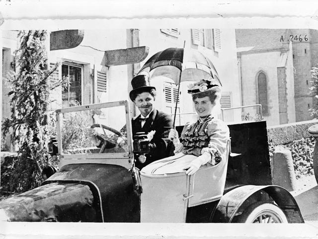 L'aventure familiale – 1905 un couple dans l'une des premières automobiles Peugeot
