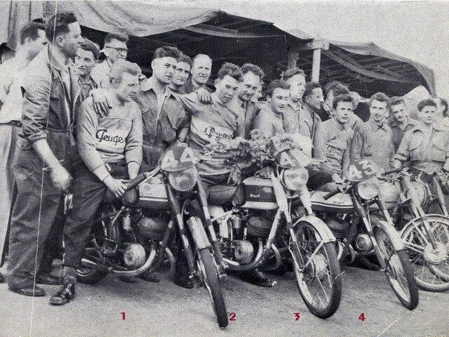 Les deux roues – 1952 hommes célébrant la victoire de la moto P176