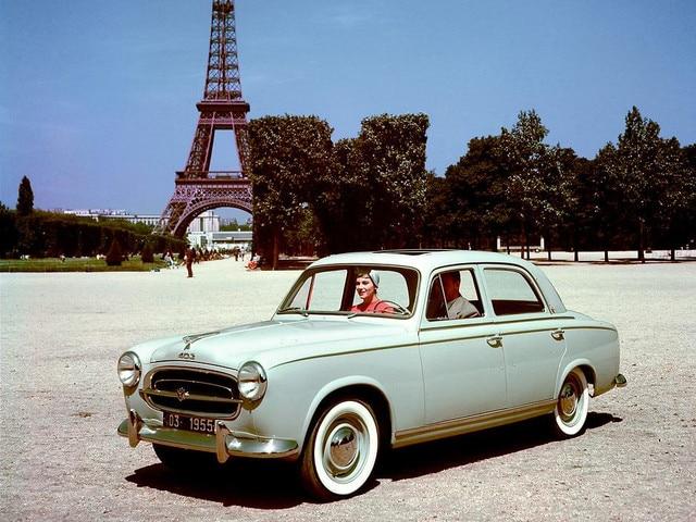 Deux siècles d'innovations – couple à Paris dans une 403, lancée en 1955