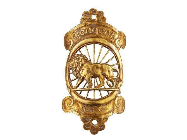 Les Lions Peugeot – 1905 1er Lion Peugeot en flèche en tête de leur calandre de voiture