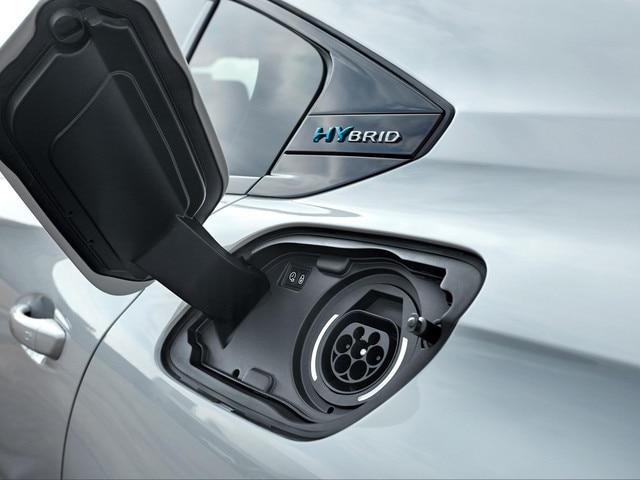 PEUGEOT PLUG-IN HYBRID: Discrètement implantée, la trappe de recharge se situe sur l'aile arrière gauche du véhicule (symétriquement à la trappe à carburant).
