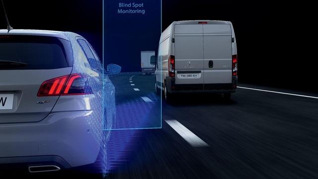 La Surveillance d'Angle Mort* avertit le conducteur de la présence d'un autre véhicule dans les zones d'angle mort de son PEUGEOT Boxer, dès lors que celle-ci présente un danger potentiel