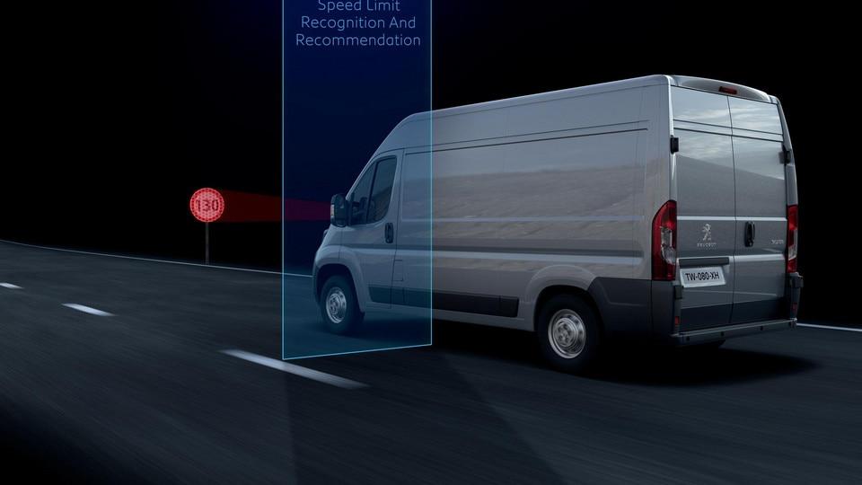 La caméra multifonction reconnait les panneaux de limitation de vitesse et vous informe de cette limitation au combiné