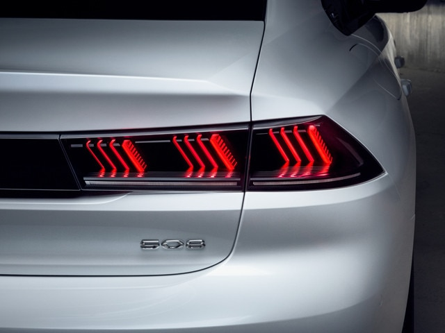 Nouvelle berline PEUGEOT 508, nouvelle signature lumineuse identitaire de la Marque PEUGEOT, feux arrières 3D Full LED tridimensionnels à triple griffe PEUGEOT