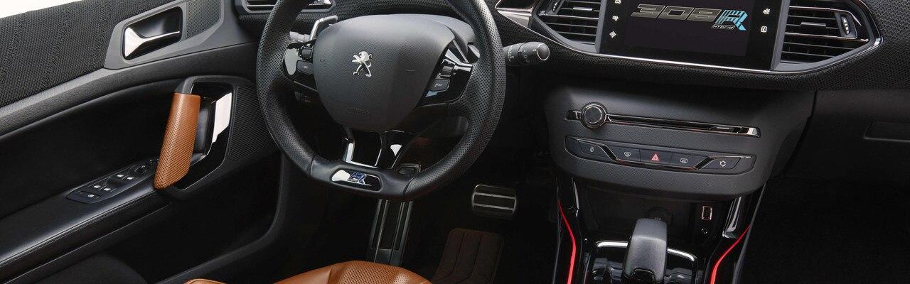 Peugeot 308 R Hybrid - L'habitacle de la 308 R Hybrid est structurée par une console centrale