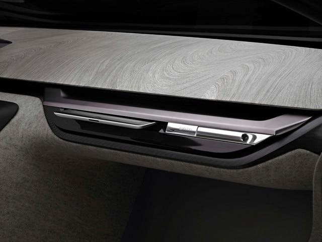 Design Peugeot Onyx - La planche de bord réalisée en Newspaper Wood