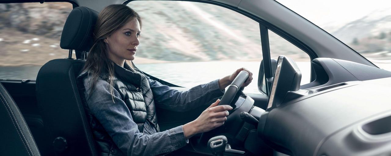 Nouveau PEUGEOT RFTER – confort intérieur avec femme au volant