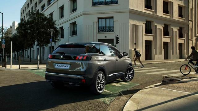 Nouveau SUV PEUGEOT 3008 – Vue arrière dans un tournant en ville
