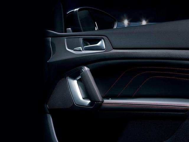 Nouvelle PEUGEOT 308 GT – surpiqûres rouges sur panneaux de porte