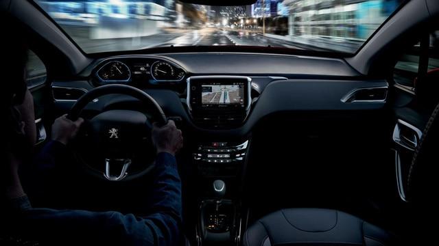 SUV PEUGEOT 2008 : i-Cockpit et navigation 3D connectée avec reconnaissance vocale