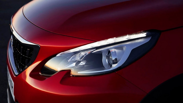 SUV PEUGEOT 2008 : projecteurs avant avec masque noir technologique