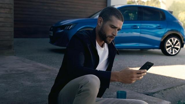 PEUGEOT e-208 - Homme avec smartphone, Application MyPeugeot