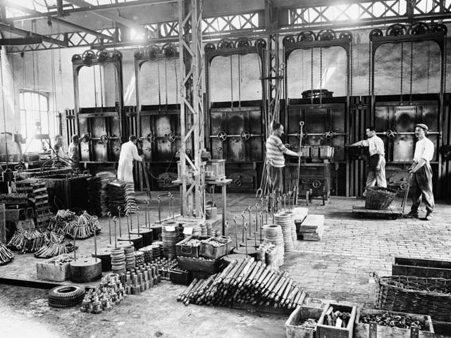 L'aventure familiale – 1912 les hommes à l'ouvrage dans l'usine de Sochaux